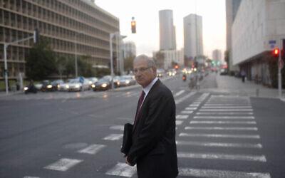 دافيد شمرون، المحامي الشخصي لرئيس الوزراء بنيامين نتنياهو، في تل أبيب، 17 فبراير، 2015. (Ben Kelmer / Flash90)