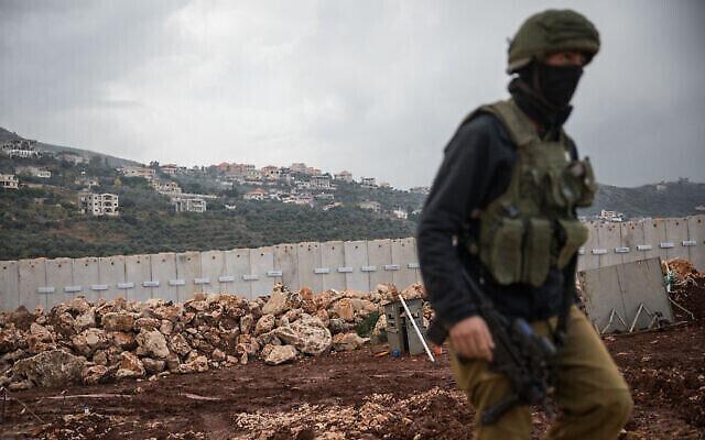 جندي إسرائيلي يسير بالقرب من السياج الحدودي مع لبنان، بالقرب من مدينة المطلة شمال إسرائيل، 24 ديسمبر، 2018. (Hadas Parush / Flash90)