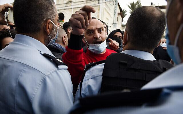 مواطنون إسرائيليون عرب يتظاهرون ضد العنف والجريمة المنظمة وجرائم القتل الأخيرة في مجتمعاتهم، في مدينة أم الفحم، 5 فبراير، 2021. (Roni Ofer / Flash90)