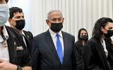 رئيس الوزراء بنيامين نتنياهو يصل إلى جلسة في المحكمة المركزية في القدس في 8 فبراير، 2021. نتنياهو متهم بالاحتيال وخيانة الأمانة في ثلاث قضايا والرشوة في إحداها. (Reuven Kastro / POOL)