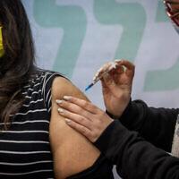 إسرائيلية تتلقى تطعيما في القدس، 15 فبراير، 2021. (Yonatan Sindel / Flash90)