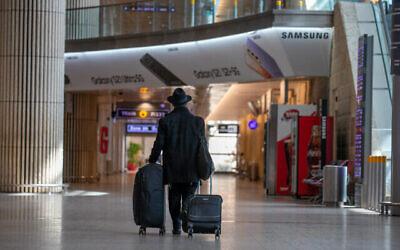صالة الوصول شبه الخالية في مطار بن غوريون، 28 فبراير، 2021. (Yossi Aloni / Flash90)