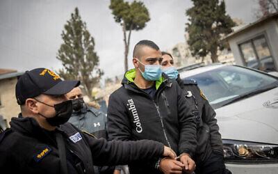 إبراهيم حامد، السائق المتهم بدهس رجل في 28 فبراير في حي مئة شعاريم بالقدس، يصل إلى محكمة الصلح في القدس في 1 مارس، 2021. (Yonatan Sindel / Flash90)