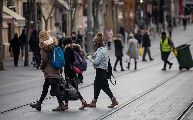 اشخاص يسيرون في شارع يافا وسط مدينة القدس، 1 مارس، 2021. (Yonatan Sindel / Flash90)