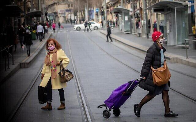 أشخاص يسيرون في شارع يافا وسط مدينة القدس، 3 مارس، 2021. (Yonatan Sindel / Flash90)