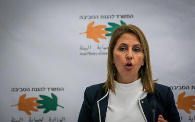 وزيرة حماية البيئة غيلا غملئيل في مؤتمر صحفي بشأن تسرب النفط على شواطئ إسرائيل، في مكاتب وزارة حماية البيئة في القدس، 3 مارس 2021 (Yonatan Sindel / Flash90)