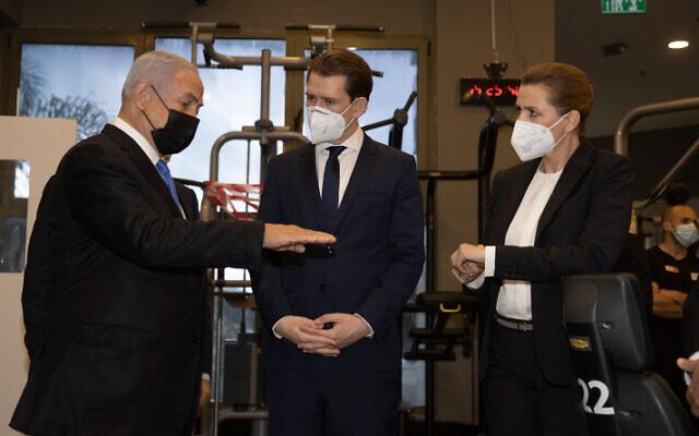 رئيس الوزراء بنيامين نتنياهو والمستشار النمساوي سيباستيان كورتس ورئيسة الوزراء الدنماركية ميتي فريدريكسن يزورون صالة ألعاب رياضية في موديعين، 4 مارس 2021 (Avigail Uzi / POOL)