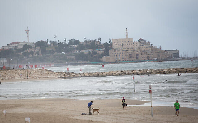 الشاطئ شبه الخالي في تل أبيب، 4 مارس، 2021. (Miriam Alster / FLASH90)