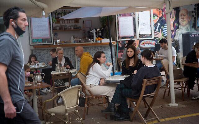 إسرائيليون في مقهى في تل أبيب، 11 مارس، 2021. (Miriam Alster / Flash90)