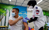 طالب يتلقى التطعيم ضد كوفيد-19 ، في مدرسة عمال الثانوية في مدينة بئر السبع بجنوب البلاد، 17 مارس، 2021. (Flash90)