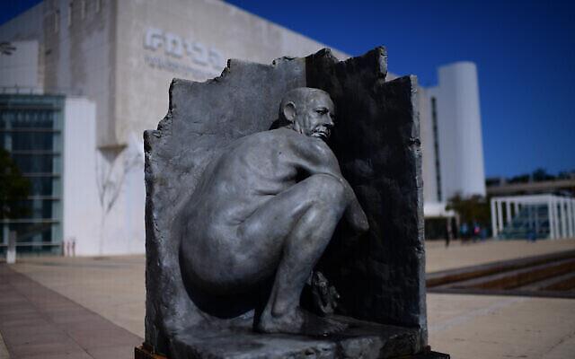 تمثال لرئيس الوزراء بنيامين نتنياهو في ساحة هابيما في تل أبيب، 17 مارس، 2021. (Tomer Neuberg / Flash90)