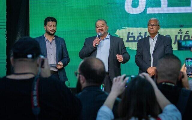 زعيم حزب  القائمة العربية الموحدة منصور عباس وأعضاء حزبه في مقر  الحزب في طمرة، ليلة الانتخابات، 23 مارس، 2021. (Flash90)