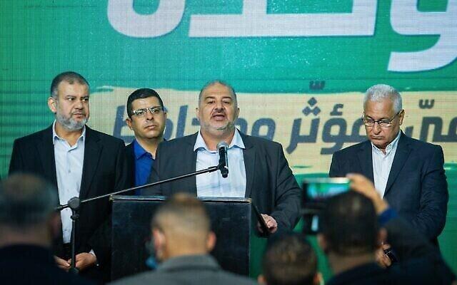 زعيم حزب القائمة الموحدة منصور عباس وأعضاء الحزب في مقر الحزب في طمرة ليلة الانتخابات 23 مارس، 2021. (Flash90)