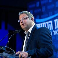 """إيتمار بن غفير من كتلة عوتسما يهوديت اليمينية المتطرفة يتحدث في مقر حزب """"الصهيونية المتدينة"""" في موديعين، ليلة الانتخابات، 23 مارس، 2021. (Sraya Diamant / Flash90)"""