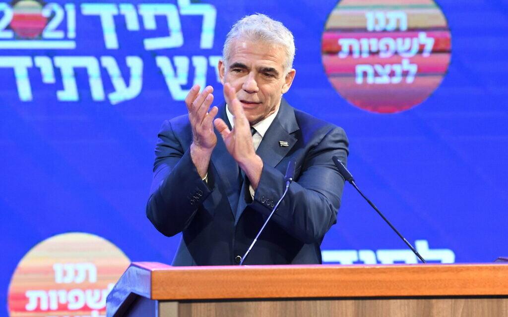 """رئيس حزب """"يش عتيد"""" يائير لبيد يتحدث في مقر الحزب في تل أبيب، بعد الإعلان عن النتائج الأولية لانتخابات الكنيست، 24 مارس 2021 (Gili Yaari/Flash90)"""