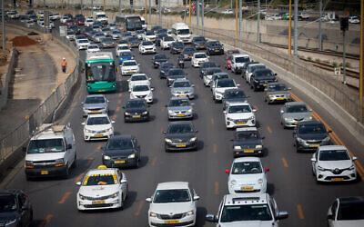 الاختناقات المرورية على طريق أيالون السريع خلال عطلة عيد الفصح اليهودي، 30 مارس، 2021.  (Miriam Alster/FLASH90)