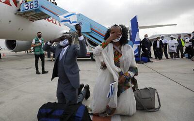 """مهاجرون إثيوبيون يصلون إلى إسرائيل في إطار عملية """"تسور يسرائيل""""، 11 مارس 2021 (The Jewish Agency)"""
