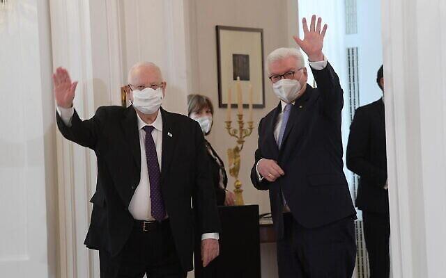 الرئيس رؤوفين ريفلين (إلى اليسار) ونظيره الألماني فرانك فالتر شتاينماير يلتقيان في برلين، 16 مارس، 2021. (Amos Ben Gershom / GPO)