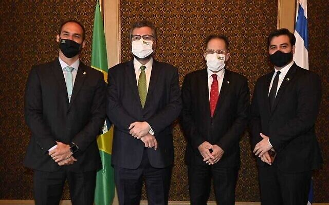 من اليمين إلى اليسار، المستشار الكبير لرئيس الوزراء البرازيلي، تساحي برافرمان، ووزير الخارجية إرنستو أراوجو، ونجل الرئيس البرازيلي جاير بولسونارو، خلال اجتماع عُقد في 9 مارس، 2021. (Jorge Novominsky / GPO)