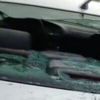 لقطة شاشة من فيديو يظهر سيارة تضررت في جريمة كراهية مشتبه بها في قرية حوارة الفلسطينية بالضفة الغربية، 2 مارس 2021 (Channel 12 News)