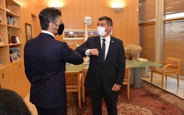 وزير الخارجية غابي أشكنازي (يمين) يلتقي بالسفير الإماراتي لدى إسرائيل محمد محمود آل خاجة، 1 مارس 2021 (Foreign Ministry)