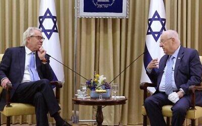 الرئيس رؤوفين ريفلين (إلى اليمين) يستضيف منسق الأمم المتحدة الجديد لعملية السلام في الشرق الأوسط ، تور فنيسلاند، في مقر إقامة الرئيس في القدس، 21 مارس، 2021. (Mark Neyman، GPO)