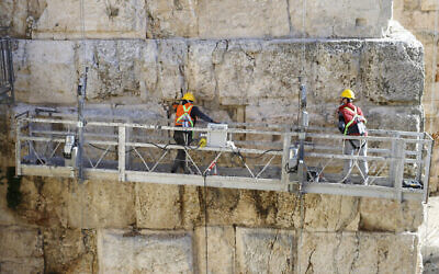 عاملان يساعدان في ترميم  برج فاسئيل كجزء من مشروع الترميم في مجمع برج داوود.  (Ricky Rachman/ Tower of David Museum)
