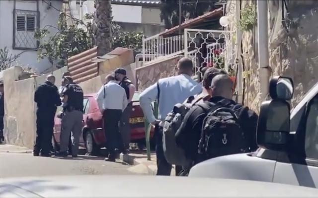 موقع حادث إطلاق نار أطلق خلالها شرطي النار على شاب عربي (33 عاما) يعاني من اضطرابات نفسية في مدينة حيفا، زاعمة أن الشاب اندفع نحو شرطي وهو يحمل سكينا، 29 مارس، 2021. (Screen capture: Kan)