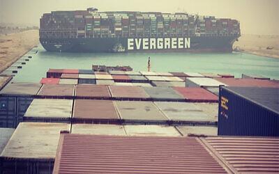 """سفينة """"إيفر جرين"""" التي جنحت وأغلقت قناة السويس في 24 مارس 2021 (Julianne Cona/ Instagram)"""