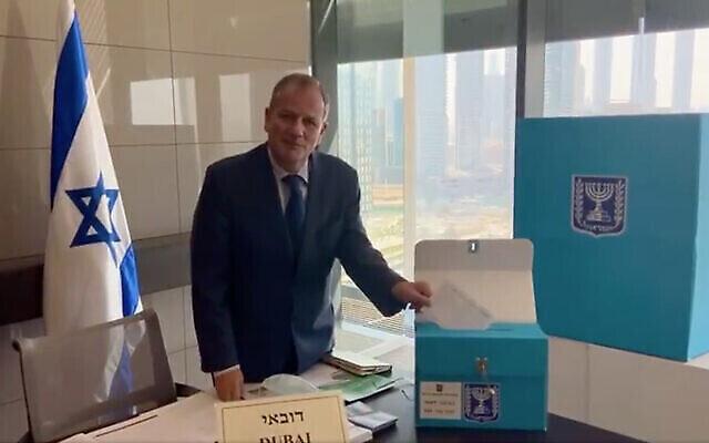 إيلان شتولمان ستاروستا ، رئيس القنصلية الإسرائيلية في دبي ، يدلي بصوته في تصويت مبكر قبل الانتخابات الإسرائيلية في 23 مارس. (Screenshot/Twitter)
