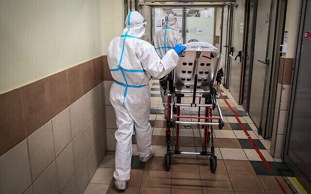 إجلاء عاملين طبيين في  قسم كورونا في مستشفى زيف بمدينة صفد ، 4 فبراير، 2021. (David Cohen / Flash90)