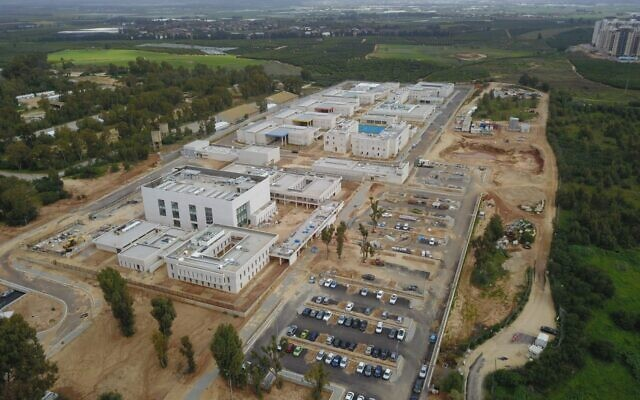 """مجمع """"السجن 10"""" العسكري الذي أوشك على الانتهاء من بنائه، والذي سيحل محل سجون الجيش الإسرائيلي القائمة التي تعود الى حقبة الانتداب البريطاني في مارس 2021 (Israel Defense Forces)"""