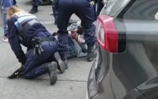 الشرطة تعتقل رجلا مسلحا بسكين خارج مدرسة يهودية ومتجر كوشير في مرسيليا، فرنسا، 5 مارس 2021 (video screenshot)