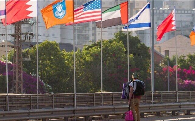 أعلام الولايات المتحدة والإمارات وإسرائيل والبحرين على جانب طريق في مدينة نتانيا، 14 سبتمبر، 2020. (Flash90)