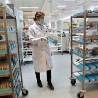 توضيحية: عاملة مختبر اسرائيلية تجري فحوصات مصلية في مختبر صندوق المرضى 'لئوميت' في اور يهودا، بالقرب من تل ابيب، 29 يونيو 2020 (GIL COHEN-MAGEN / AFP)