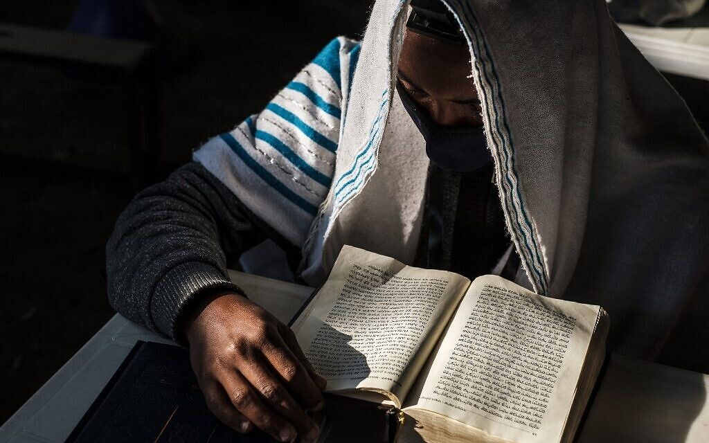 أحد أعضاء الجالية اليهودية الإثيوبية يحضر صلاة في كنيس بمدينة غوندر، إثيوبيا، 27 أكتوبر 2020 (EDUARDO SOTERAS / AFP)