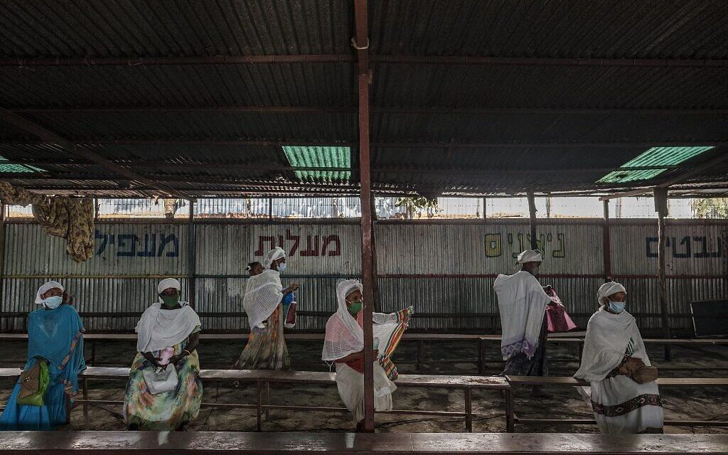 أعضاء الجالية اليهودية الإثيوبية ينتظرون خلال توزيع الأغذية اليومي في مبنى تابع للجالية في مدينة غوندر، إثيوبيا، 27 أكتوبر 2020 (EDUARDO SOTERAS / AFP)