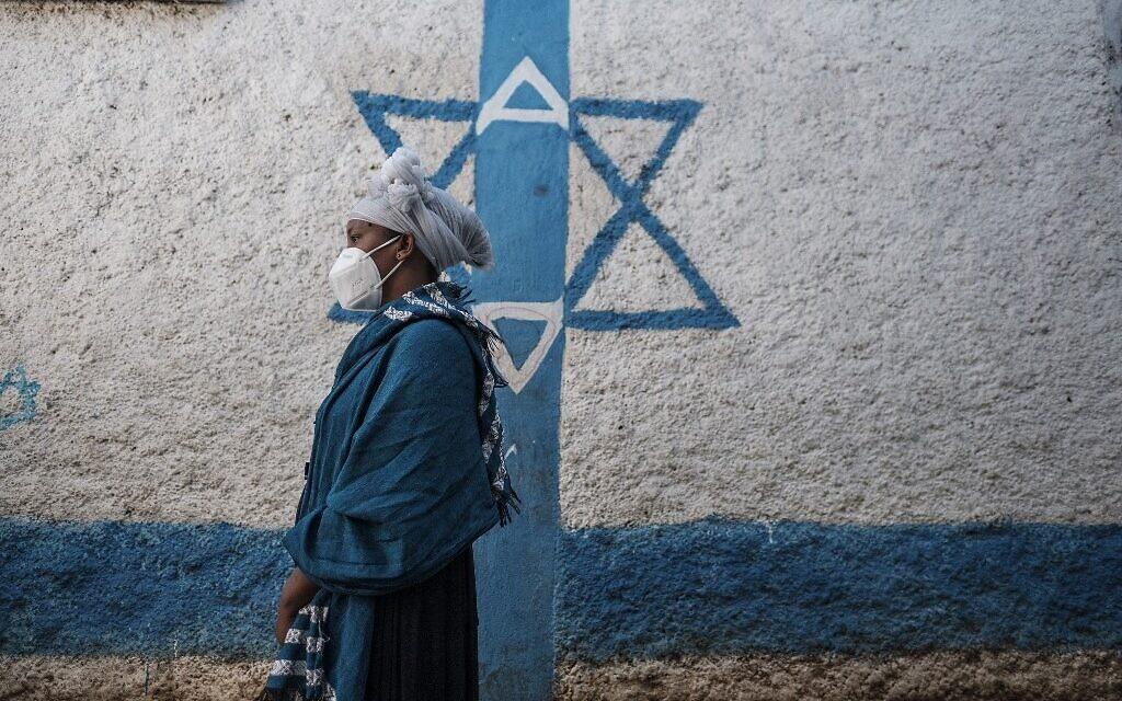 إحدى أفراد الجالية اليهودية الإثيوبية تنتظر توزيع الأغذية اليومي في مبنى تابع للجالية في مدينة غوندر، إثيوبيا، 27 أكتوبر 2020 (EDUARDO SOTERAS / AFP)