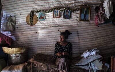 شابةمن الجالية اليهودية الإثيوبية في منزلها في مجمع تعيش فيه العديد من العائلات اليهودية، في مدينة غوندر، إثيوبيا، 27 أكتوبر 2020 (EDUARDO SOTERAS / AFP)