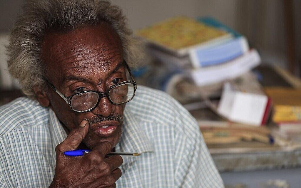 """الدكتور منصور إسرائيل، حفيد رجل يهودي عراقي هاجر الى السودان واعتنقت عائلته بعد ذلك الإسلام، خلال مقابلة مع وكالة فرانس برس في صيدليته في الحي الذي كان يُعرف سابقًا باسم """"الحي اليهودي"""" في مدينة أم درمان المحاذية للخرطوم، العاصمة السودانية، 18 فبراير 2021 (ASHRAF SHAZLY / AFP)"""