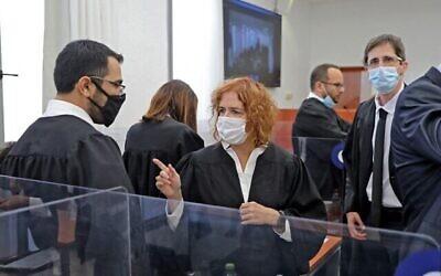 المدعية العامة ليئات بن آري (وسط) تحضر جلسة محاكمة فساد لرئيس الوزراء بنيامين نتنياهو في محكمة القدس المركزية، 5 أبريل 2021 (Abir SULTAN / POOL / AFP)