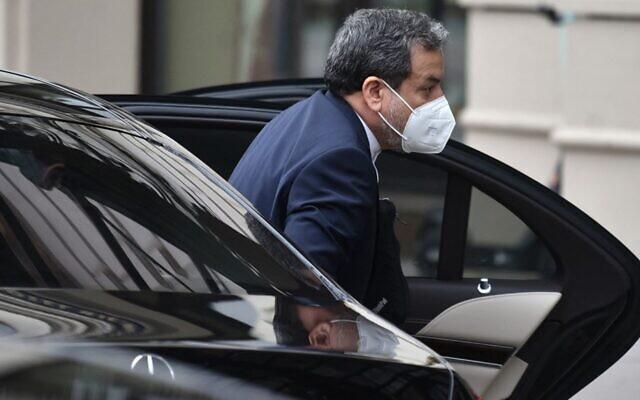 """عباس عراقجي ، معاون وزير الخارجية الإيراني، يصل إلى """"فندق جراند فيينا"""" لإجراء المحادثات المغلقة بشأن الاتفاق النووي  مع إيران في فيينا في 16 أبريل 2021. ( JOE KLAMAR / AFP)"""