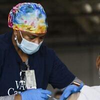 ممرضة تغطي جرعة من لقاح موديرنا ضد كوفيد-19 في محطة تلقيح تابعة لنظام الرعاية الصحية التابع لإدارة المحاريين القدامى في لونغ بيتش بمدينة غاردينا، كاليفورنيا، 17 أبريل، 2021.   (T. FALLON / AFP)