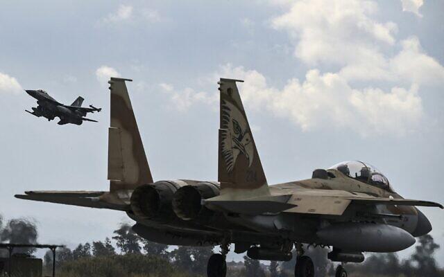 """طائرة تابعة لسلاح الجو اليوناني من طراز إف-16 تقلع خلف طائرة إسرائيلية من طراز إف-15 من مطار أندرافيدا العسكري في جنوب اليونان، كجزء من التدريب العسكري متعدد الجنسيات لسلاح الجو اليوناني """"انيوخوس 2021""""، 18 أبريل 2021 (ARIS MESSINIS / AFP)"""