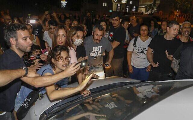 متظاهرون عرب ويساريون إسرائيليون في مظاهرة ضد استيلاء مجموعات يمينية على منازل في يافا بالقرب من تل ابيب، 19 أبريل، 2021. (AHMAD GHARABLI / AFP)