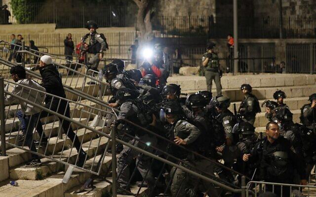 قوات الأمن الإسرائيلية تشتبك مع متظاهرين فلسطينيين خارج باب العامود في البلدة القديمة بالقدس، 24 أبريل 2021 (Ahmad GHARABLI / AFP)