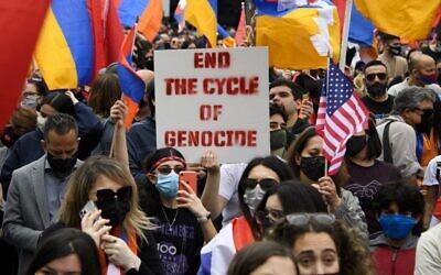 أشخاص يتظاهرون أمام القنصلية التركية في ذكرى الإبادة الأرمنية في مظاهرة نظمها اتحاد الشباب الأرمن، في بيفرلي هيلز، كاليفورنيا، 24 أبريل 2021 (PATRICK T. FALLON / AFP)