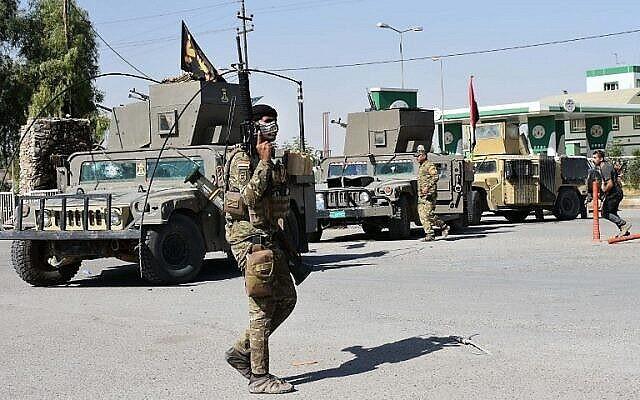 مقاتل موال للحكومة الفيدرالية العراقية في منطقة التون كوبري، على بعد 50 كيلومترا من أربيل، عاصمة إقليم كردستان العراق، 20 أكتوبر، 2017. (AFP Photo / Marwan Ibrahim)