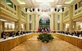 توضيحية: في هذه الصورة التي قدمتها بعثة الاتحاد الأوروبي في فيينا، يحضر ممثلو الاتحاد الأوروبي وإيران وآخرون المحادثات النووية الإيرانية في فندق جراند بالعاصمة النمساوية، 15 أبريل 2021 (EU Delegation in Vienna via Getty Images, JTA)