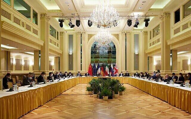 في هذه الصورة التي قدمتها بعثة الاتحاد الأوروبي في فيينا، يحضر ممثلو الاتحاد الأوروبي وإيران وآخرون المحادثات النووية الإيرانية في فندق جراند بالعاصمة النمساوية، 15 أبريل 2021 (EU Delegation in Vienna via Getty Images, JTA)